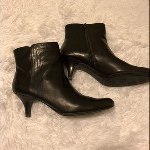 Bandolino dark brown leather ankle booties size 8M